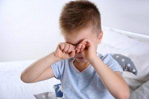niño frotandose los ojos