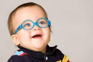 bebe con gafas hipermetropia