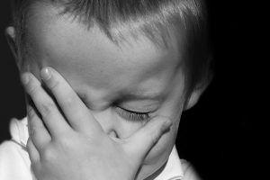 niño llorando ojo