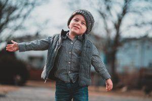 niño feliz en la calle